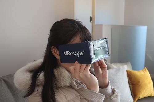 住宅展示場で簡単にVR(仮想現実)を体験できる。建物や庭など360度の空間を見渡せる
