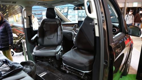 図4 運転席と助手席は最大230度回転し、後席と向かい合える