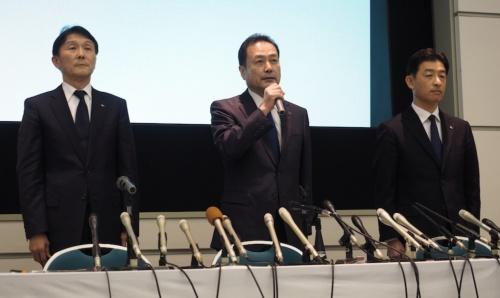 図2 2018年2月28日、神戸市内で開かれた川崎重工業の会見の様子。中央が同社社長の金花芳則氏。