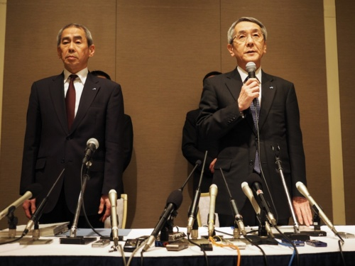 図1 2018年2月28日、大阪市内で開かれたJR西日本の会見の様子。右が同社社長の来島達夫氏。