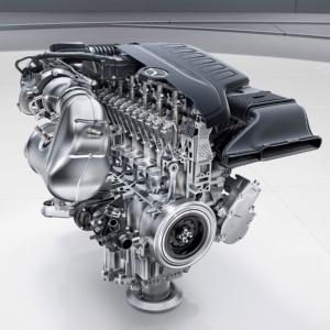 左が新型の直列6気筒ガソリンエンジン「M256」。6気筒が1列に並ぶ。右が従来のV型6気筒ガソリンエンジン「M276」。バンク角は60度で、3気筒ずつ2列並ぶ(出所:Daimler)
