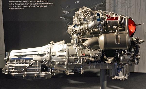 直6ガソリンエンジンは、9速自動変速機と組み合わせる。直6と思えぬほど全長が短い。写真右側が車両前方