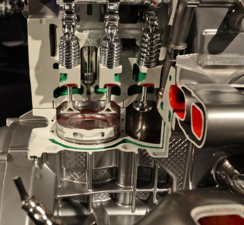 エンジンブロックを共用する直4ガソリンの気筒。ボアピッチと内径は直6と同じである