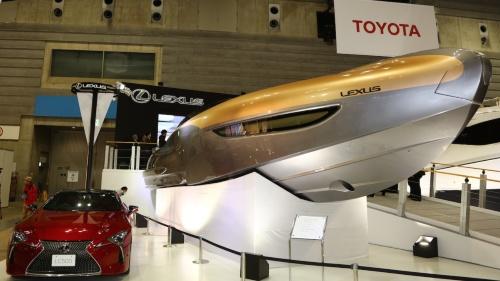 図2 コンセプトモデル「LEXUS Sport Yacht Concept」とレクサス「LC500」