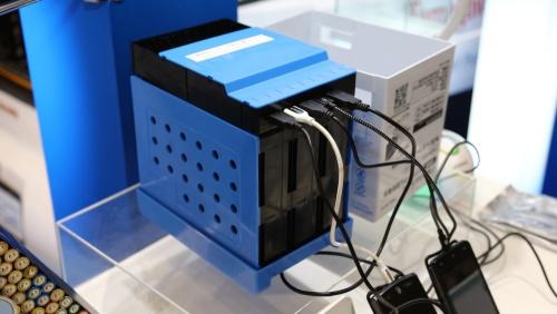 図3 藤倉ゴム工業のMg空気電池パック「Watt Satt(ワットサット)」、スマートフォンを最大5個同時に充電可能