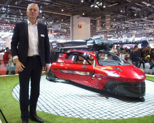 図1 展示品とPAL-V CEOのDingemanse氏。展示品は2モデルのうち「リミテッドエディション」である