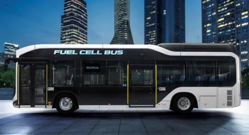 図1 トヨタ自動車が発売した新型の燃料電池車(FCV)バス「SORA」、横から
