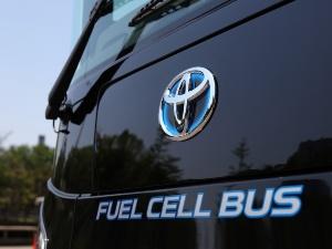 トヨタ自動車の新型FCVバス「SORA」のフロントエンブレム