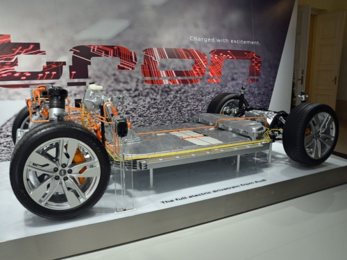 AudiのEVの新プラットフォーム。床下に電池を敷き詰める。前に1基、後ろに2基の誘導モーターを搭載。2018年4月末に開催したパワートレーン国際会議「第39回ウィーンモーターシンポジウム(39th Internationales Wiener Motorensymposium)」で披露した。