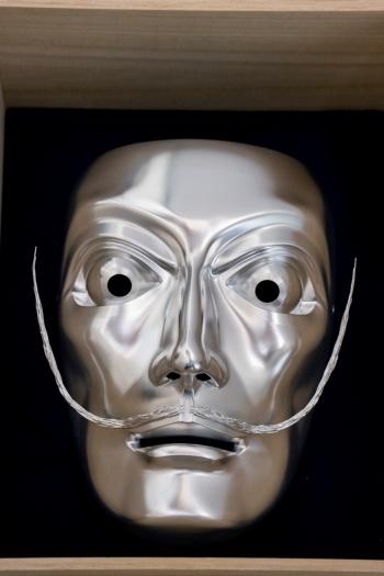 スペインの画家サルバドール・ダリを模したアルミ製の能面。