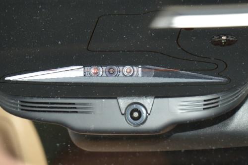 図4 フロントウインドーの上部に配置した3眼カメラ