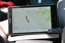 図4(b)後方車両にはタブレット端末を配置し、先行車が検知した障害物の情報を受信した