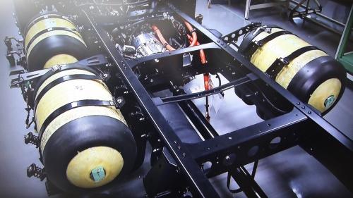 図5 水素タンクは3本搭載、左右非対称のレイアウトとなった