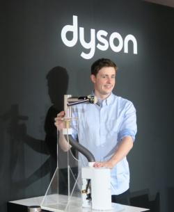 ダイソン カントリー クオリティー リード 東京のジェームズ シェール氏と製品カットモデル。吹き出し口やセンサー部分は蛇口と一体化されているが、モーターなどいわゆるハンドドライヤー本体はシンク下や壁面に収める