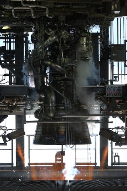 図1 2018年6月25日に燃焼試験を実施した次期主力ロケットエンジン「LE-9」の実機型エンジン(出所:宇宙航空研究開発機構)