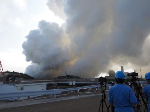 図2 「LE-9」の実機型エンジンの燃焼試験が実施された種子島宇宙センター(鹿児島県南種子町)。約3000℃という高温のガスを吹き出すエンジンの冷却時に発生した水蒸気などが舞い上がっている。
