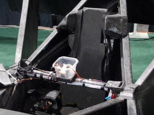 実証機の操縦席。中央に、食べ物などを入れる樹脂ケースがあり、身近なものを使った、「手作り感」がある機体である