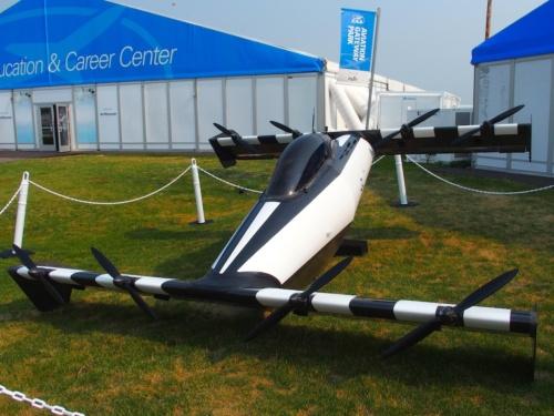 ブースがある建物の屋外に展示されていたv2の機体