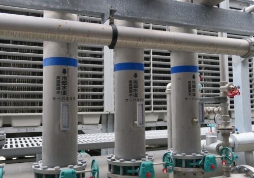 ABCIから戻ってきた水が冷却塔に入るところ。水の温度は36℃ほどだった