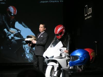 HUD搭載のスマートヘルメット「スパルタ」を発表する、ジャパンディスプレイ 常務執行役員 チーフ・マーケティング・オフィサー(CMO)の伊藤嘉明氏
