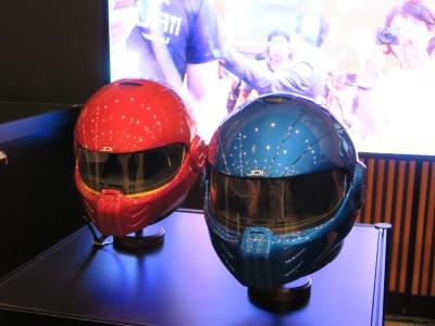 展示されていたヘルメット。ヘルメット内に入れたカメラでHUDによる表示を撮影して見せていた。ハーフミラーの形状は検討中で、丸や四角、曲面型など4個用意されたヘルメットで形が全て異なっていた