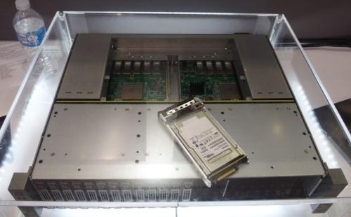 NVMe-oF対応SSDと同SSDを利用したJBOF。JBOFのシャシーはカナダAupera Technologiesが開発した。日経エレクトロニクスが撮影