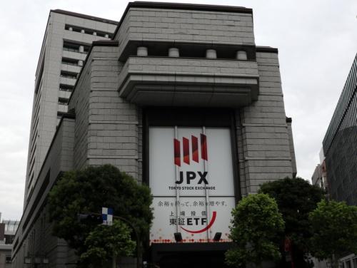 東京・兜町にある日本取引所グループ(JPX)・東京証券取引所の社屋。ETF(上場投資信託)をPRしている