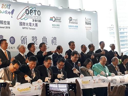 Touch Taiwan 2018の開幕式。テープカットには台湾の蔡英文総統(前列、右から4人目)も参加した(撮影:猪飼 二郎)