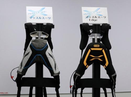 新製品の「マッスルスーツEdge」(右)と従来品のマッスルスーツ
