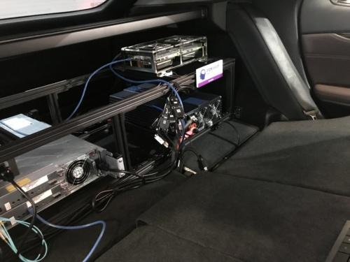 図2●右上が車載コンピューターボード「DRIVE PX 2」で、左が80TBのHDD