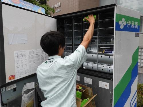 伊藤園のルートセールス担当者が自販機に飲料を補充する様子