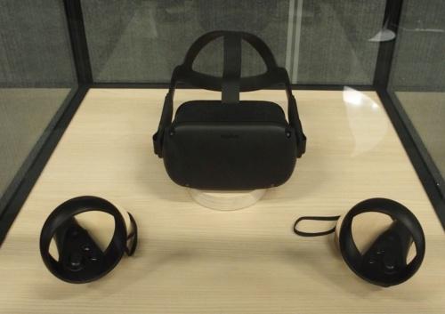 Oculus Questの本体とコントローラー(撮影:日経 xTECH)