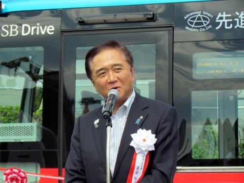 出発式であいさつする神奈川県の黒岩祐治知事