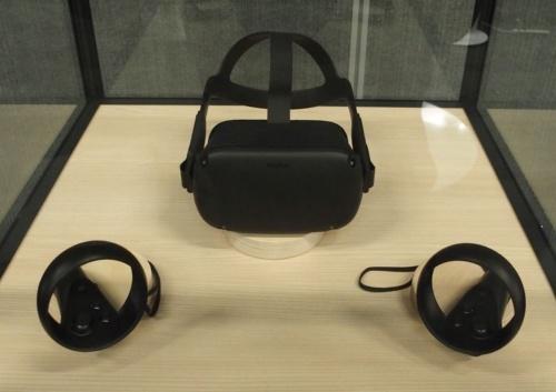 Oculus Quest。上側にあるのが本体で、下側にあるのがコントローラー(撮影:日経 xTECH)
