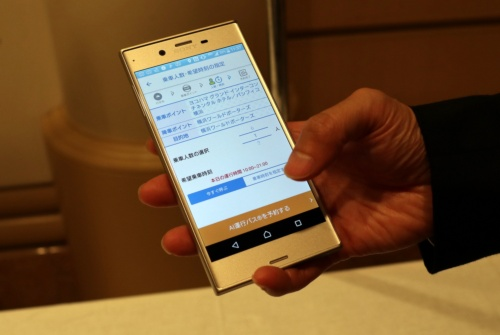 利用者はスマートフォンで乗降ポイントを指定して予約する
