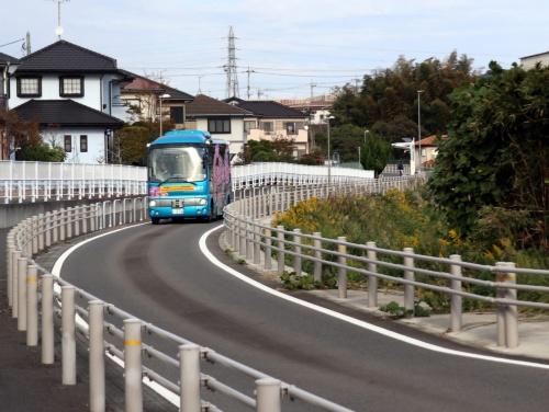 ひたちBRTの専用道区間を走るSBドライブ・先進モビリティの自動運転バス