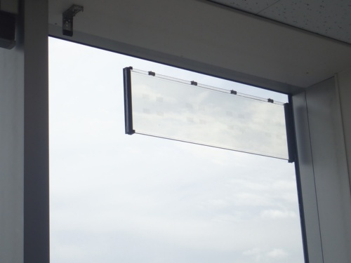 図1 ガラスアンテナを窓に貼り付けた様子