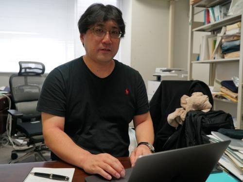 手話を文章に翻訳する部分の開発を担当した北海道大学大学院情報科学研究科の山本雅人教授