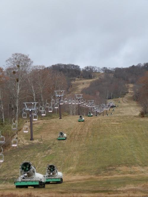 たんばらスキーパークは11月23日にオープン予定だったが、19日時点で雪が全くなかった。ただ直後の寒波で降雪機を稼働できるようになり、予定より4日遅れの27日にオープンした。