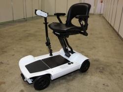 図1 キュリオと大同大学が開発した折りたたみ式の電動車いす