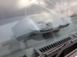 図1 いすゞが小型トラック「エルフ」に搭載した日立オートモティブシステムズ製のステレオカメラ