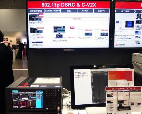 V2Xの評価・測定系のコーナー。奥のディスプレー画面に整備状況が示されている。画面下側が802.11p通信向けで、すべてそろっている。上がC-V2X通信向けで、今回、サイドリンク変調解析を行えるようになった。手前左が、Xシリーズのシグナルアナライザーの1機種。日経 xTECHが撮影