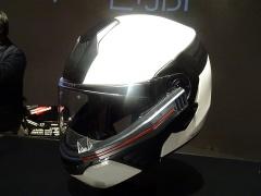 ヘルメットの手前側に見えるのが外付けのHUDユニット