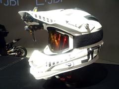 ヘルメットのひさしの部分にHUDを外付けした例