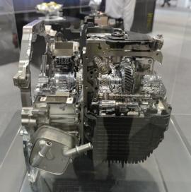 図1 アイシンAWが開発したFF車用の1モーター式PHEV部品
