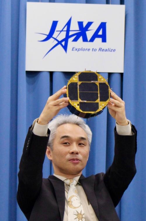 ローバーIAの模型を掲げる、吉光徹雄・JAXA宇宙科学研究所准教授