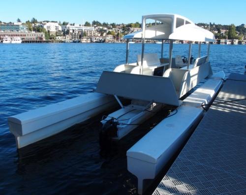 記者が乗った、電動船外機を搭載した数人乗りのボート。写真中央にある黒い物体が船外機(撮影:日経 xTECH)
