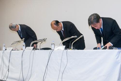 ゴム製品の品質データ偽装で謝罪するトーカン社長の松岡達雄氏(中央)ら