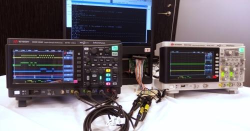 左が今回の新製品である4チャネル機の「DSOX1204G」。右は2年前に発売の2チャネル機の「DSOX1102G」。新製品は、最近Keysightが同社のカラーとしている黒系のボディーになっている。日経 xTECHが撮影