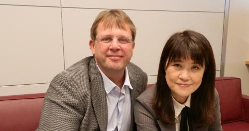 日経 xTECHの取材に応じたトレンドマイクロのエバ・チェンCEO(右)とケビン・シムザーCOO(左)